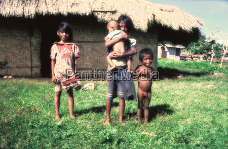 viaje asia indonesia pobre jovenes pueblo