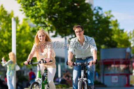pareja en la ciudad de conduccion